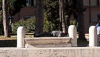 Roma  2004.Piazza del Campidoglio..Senza fissa dimora dorme per la strada.Homeless sleeps on the street