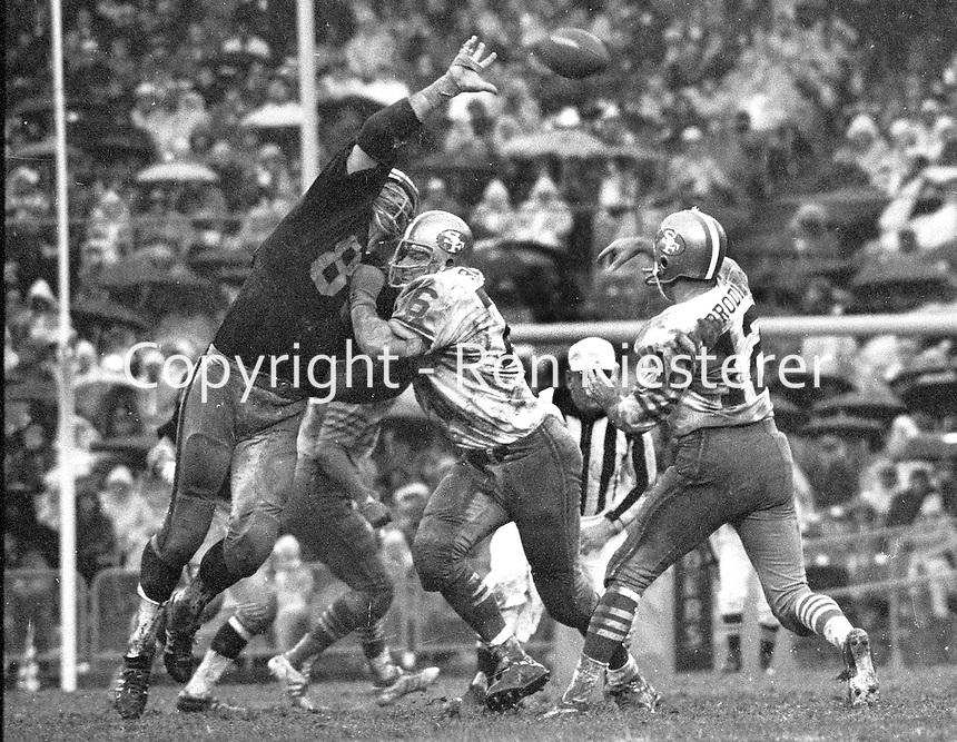 49er QB JohnBrodie throws pass over Oakland Raider end Ben Davidson. (1970 photo/Ron Riesterer)