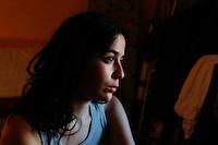 Giovane ragazza in una situazione precaria. .Young woman in a precarious situation..