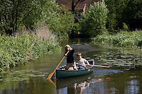 Jungen, Kinder paddeln auf einem Bach mit Kanu, Kanadier, Boot