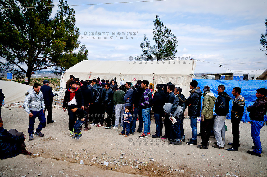 Refugees  wait in line before crossing the Greek-Macedonian border at the village of Idomeni, Greece,  8 Febraury 2016.<br /> Hundreds of refugees arrive at Idomeni and cross the border between Greece and Macedonian on their journey to North Europe.