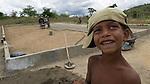 Comunidade de Jerusalém, município de Rubim na região do baixo Jequitinhonha, Norte de Minas Gerais. Nessa região é possível encontrar três tipos de biomas: caatinga, cerrado e mata atlântica. A ASA Brasil, Articulação no Semiárido Brasileiro, tem implementado em diversas comunidades no Norte de Minas o Programa Uma Terra e Duas Águas (P1+2) e o Programa Um Milhão de Cisternas (P1MC) que tem como objetivo viabilizar a captação e armazenamento de água de chuva nessas comunidades para consumo humano, criação de animais e produção de alimentos. Entre os parceiros para implementação dos projetos tem destaque na região a Cáritas Diocesana de Almenara.Mutirão para construção de calçadão, também conhecido como terreirão. Raí Gomes Ribeiro.