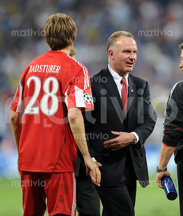 FUSSBALL      CHAMPIONSLEAGUE FINALE       SAISON 2009/2010 FC Bayern Muenchen - Inter Mailand    22.05.2010 Holger Badstuber mit Karl Heinz Rummenigge (v. li., FCB)