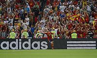 FUSSBALL  EUROPAMEISTERSCHAFT 2012   VIERTELFINALE Spanien - Frankreich      23.06.2012 Xabi Alonso (Spanien) bejubelt seinen Treffer zum 1:0. Die spanischen Fans tun es dem Torschuetzen gleich