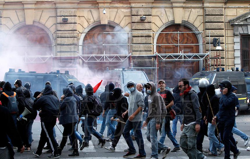 Tensione tra dimostranti e forze dell'ordine davanti al Ministero dell'Economia durante la manifestazione contro le misure di austerita' del governo, a Roma, 19 ottobre 2013.<br /> UPDATE IMAGES PRESS/Riccardo De Luca