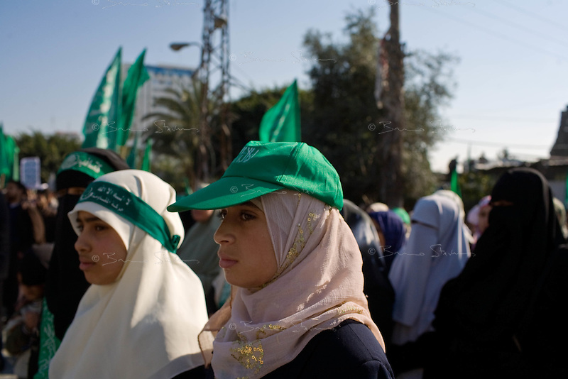 Gaza city, Jan 20 2009.Hamas organized a victory rally in front of the destroyed 'majlis' (parliament) with mixed results, only about 1000 people showed up...
