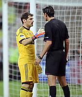 FUSSBALL  EUROPAMEISTERSCHAFT 2012   VORRUNDE Kroatien - Spanien                 18.06.2012 Torwart Iker Casillas (Spanien) reklamiert beim Torrichter Deniz Aytekin