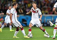 FUSSBALL WM 2014                ACHTELFINALE Deutschland - Algerien               30.06.2014 Nimm Du ihn, ich habe ihn sicher: Mario Goetze (lI) und Mesut Oezil (re, beide Deutschland) am Ball