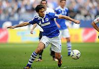 FUSSBALL   1. BUNDESLIGA   SAISON 2011/2012   29. SPIELTAG FC Schalke 04 - Hannover 96                                08.04.2012 Raul (FC Schalke 04) Einzelaktion am Ball