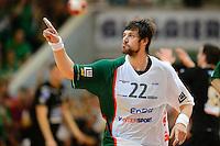 Momir Rnic (FAG) zeigt mit dem Zeigefinger nach oben