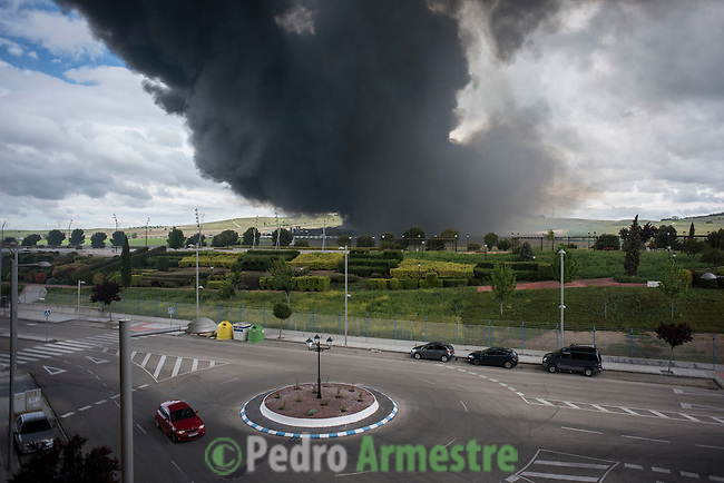 Black clouds of smoke are produced by tyres burning in an uncontrolled dump near the town of Sesena, after a fire broke out early on May 13, 2016. A huge waste ground near Madrid where millions of tyres have been dumped was on fire today, releasing a thick black cloud of toxic fumes that officials worry could harm residents nearby.  © Pedro ARMESTRE