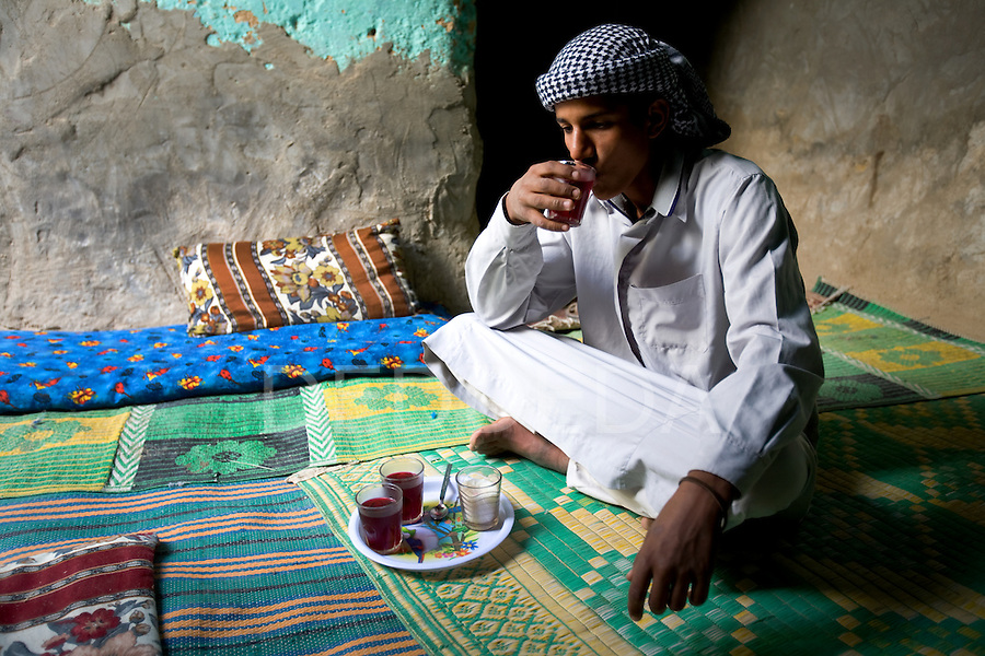 Siwa-Oasis-Egypt-Man-Tea-2 - What is a Keffiyeh ?  - Question and Answer