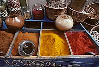 Afrique/Egypte/Assouan: Les souks - Détail de l'étal d'un marchand d'épices