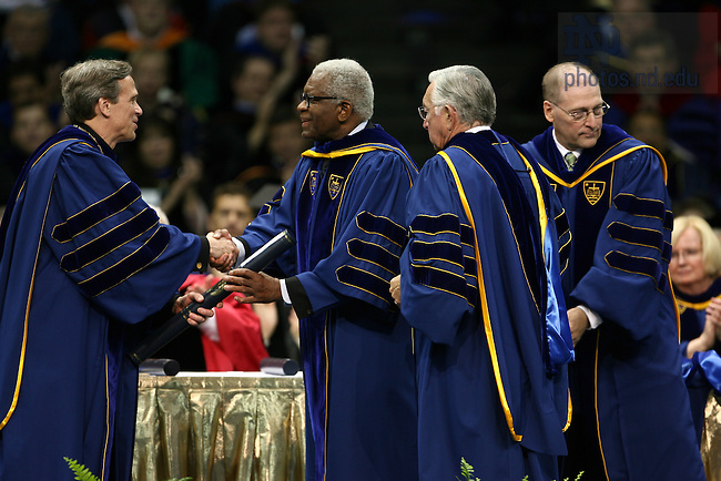 Richard Hunt receives an honorary degree at the 2007 Commencement.