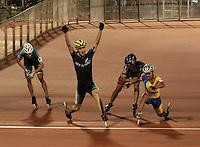 CALI – COLOMBIA – 02-08-2013: Peter Michael de Nueva Zelandia celebra la medalla de oro en la prueba de los 15000 metros eliminación mayores varones en patinaje de Velocidad en los IX Juegos Mundiales Cali, agosto 2 de 2013. (Foto: VizzorImage / Luis Ramirez / Staff). Peter Michael from New Zealand celebrates a gold medal in 15000 meters eliminations in Speed Skating in the IX World Games Cali, August 2 2013. (Photo: VizzorImage / Luis Ramirez / Staff).