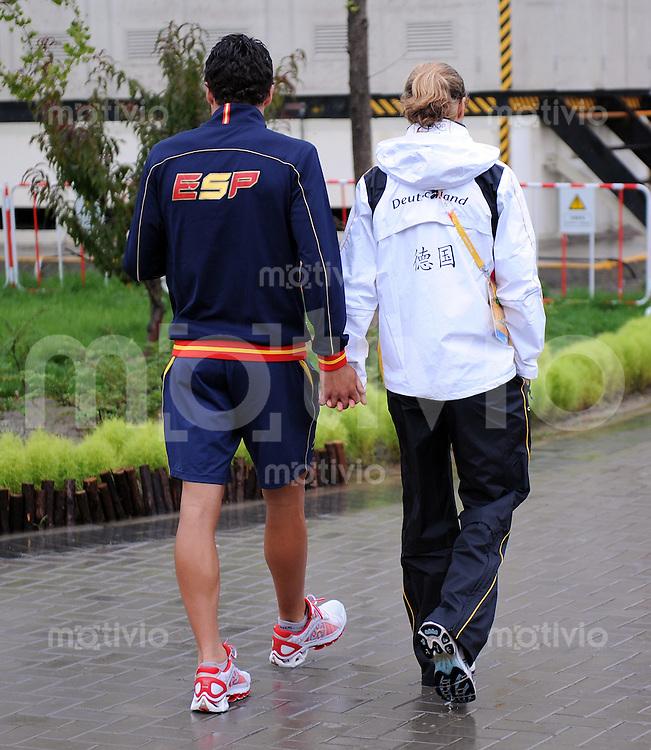 Olympia 2008  Peking  21.08.2008  Verliebt  im Olympischen  Dorf, zwei Sportler laufen haendchenhaltend durch die internationale Zone des Olympischen Dorf.