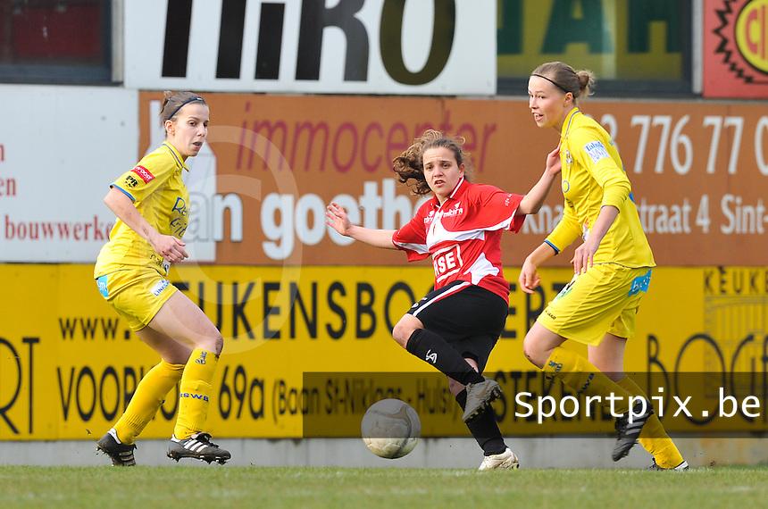 1/2 Halve finale Beker van Belgie ; Waasland Beveren Sinaai Girls - Standard Femina de Liege : Davina Philtjens tussen Anouk Bonnarens (rechts) en Steffi de Pelsmaeker.foto DAVID CATRY / Vrouwenteam.be
