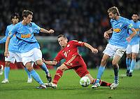 Fussball DFB Pokal:  Saison   2011/2012  Achtelfinale  20.12.2011 VfL Bochum - FC Bayern Muenchen  Jonas Acquistapace (li, VfL Bochum) gegen Ivica Olic (Mitte, FC Bayern Muenchen) gegen Christoph Kramer (VfL Bochum)