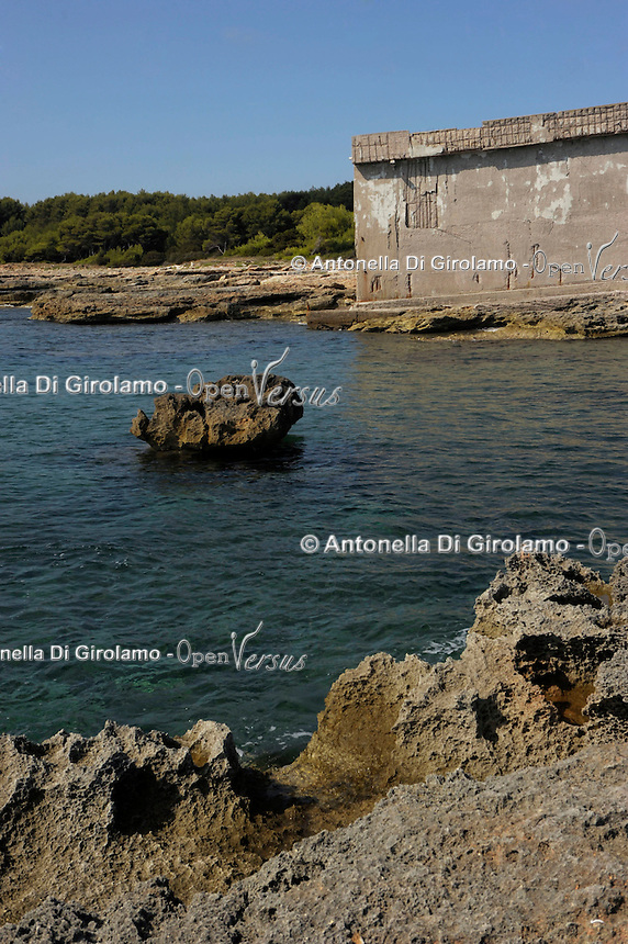 Isola di Pianosa. Pianosa Island. .Il muro Dalla Chiesa divide l'ex colonia penale dal borgo..The wall dividing the former penal colony from the village.