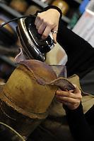 Ulrike Lerch, creatrice di cappelli per importanti sartorie teatrali,mentre prepara dei prototipi di nuovi cappelli..Ulrike Lerch, maker of hats for major theatrical fashion, while preparing the prototypes of new hats....