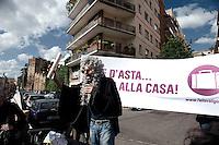 """Roma 13 Maggio 2010. Studenti e precari del gruppo attivo su Facebook """"Fai la valigia"""", hanno venduto  all'asta, della casa dell'  Onorevole Claudio Scajola, con l'intervento  di Robin Hood..Rome May 13, 2010. Students and insecure of the  group active on Facebook """"Make suitcase,"""" have sold at auction, the house of 'Mr Claudio Scajola, with the assistance of Robin Hood."""