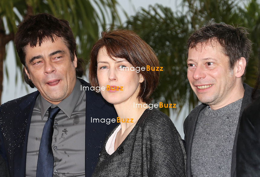 CPE/Actors Benicio Del Toro, Mathieu Amalric and actress Gina McKee attend the 'Jimmy P. (Psychotherapy Of A Plains Indian)' Photocall during the 66th Annual Cannes Film Festival at the Palais des Festivals on May 18, 2013 in Cannes, France.