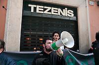 Roma  1 Maggio 2011.Damose da fa'. Semo precari.Manifestazione  di studenti, lavoratori e immigrati che hanno manifestatoo in via del Corso contro i negozi aperti nel giorno della festa dei lavoratori. La manifestazione davanti  al negozio Tezenis
