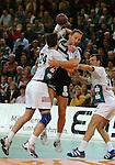Handball Herren, 1.Bundesliga 2003/2004 Goeppingen (Germany) FrischAuf! Goeppingen - Wilhelmshavener HV (25:27) mitte Jan Fegter (WHV) am Ball gegen links Salvador Puig (FAG) rechts Aleksandar Knezevic (FAG)