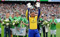 FUSSBALL   1. BUNDESLIGA   SAISON 2011/2012   34. SPIELTAG SV Werder Bremen - FC Schalke 04                       05.05.2012 Torwart Tim Wiese (SV Werder Bremen)  wird vor dem Spiel verabschiedet