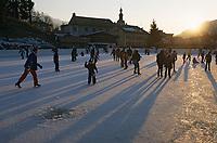 Europe/France/Rhône-Alpes/74/Haute-Savoie/Megève: La patinoire et le clocher de l'église