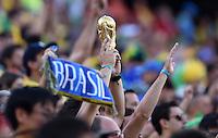FUSSBALL WM 2014  VORRUNDE    Gruppe A    12.06.2014 Brasilien - Kroatien Brasilianische Fans recken schon mal einen kleinen WM Pokal in die Höhe