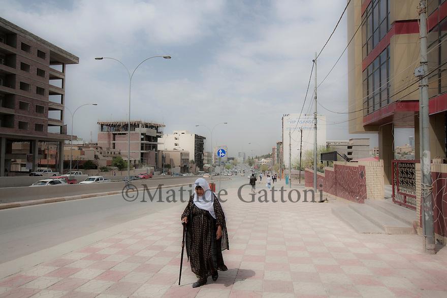 Iraq - Kurdistan - Sulaymaniyah -  A woman walking by Salem street, the main avenue of the city