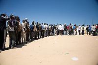 Tunisie RasDjir Camp UNHCR de refugies libyens a la frontiere entre Tunisie et Libye ....Tunisia Rasdjir UNHCR refugees camp  Tunisian and Libyan border   Queue pour le dejeuner....Waiting for the lunch Coda per il pranzo
