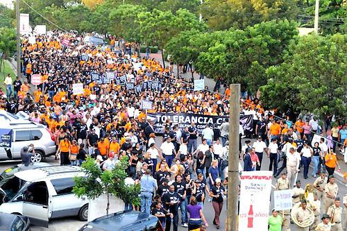 Cientos participan en caminata de repudio a la violencia contra la mujer