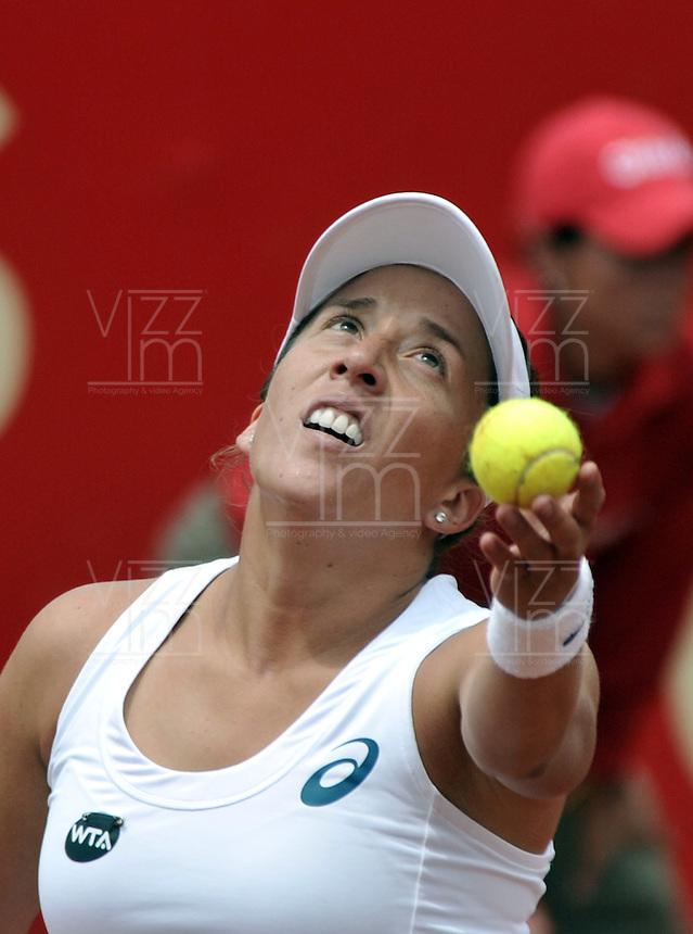 BOGOTA - COLOMBIA - 16-04-2016: Irina Falconi de Estados Unidos, sirve a Lara Arruabarrena de España, durante partido por el Claro Colsanitas WTA, que se realiza en el Club El Rancho de Bogota. / Silvia Soler of Spain, serves to Lara Arruabarrena of Spain, during a match for the WTA Claro Colsanitas, which takes place at Club El Rancho de Bogota. Photo: VizzorImage / Luis Ramirez / Staff.