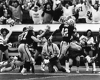 Oakland Raider Eric Turner returns interception for Touchdown. 1989. (photo by Ron Riesterer)