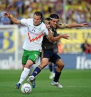 FUSSBALL   INTERNATIONALES TESTSPIEL  SAISON 2011/2012   SV Werder Bremen - Fenerbahce Istanbul               23.08.2011 Orhan SAM (re, Istanbul) gegen Philipp BARGFREDE (li, Bremen)