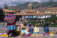 Amérique/Amérique du Sud/Pérou/Cuzco : Plaza de Armas - Indiennes vendant des fleurs pour la procession du seigneur du tremblement de terre