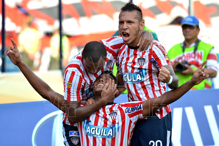 BARRANQUILLA - COLOMBIA-27-10-2013: Luis C. Ruiz (Cent.) Gerson Cordoba (izq.) y Juan G Dominguez (Der.), jugadores del Atletico Junior celebran gol anotado durante partido en el estadio Metropolitano Roberto Melendez de la ciudad de Barranquilla, octubre 27 de 2013. Atletico Junior y Millonarios durante partido por la decimosexta fecha de la de la Liga Postobon II. (Foto: VizzorImage / Alfonso Cervantes / Str). Luis C. Ruiz (C) Gerson Cordoba (L) and Juan G Dominguez (R), players of Atletico Junior celebrate a goal scored during a match at the Metropolitano Roberto Melendez Stadium in Barranquilla city, October 27, 2013. Atletico Junior and Millonarios during a match for the sixteenth round of the Postobon II League. (Photo: VizzorImage / Alfonso Cervantes / Str).
