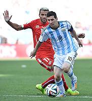 FUSSBALL WM 2014                ACHTELFINALE Argentinien - Schweiz                  01.07.2014 Lionel Messi (re, Argentinien) enteilt Valon Behrami (li, Schweiz)