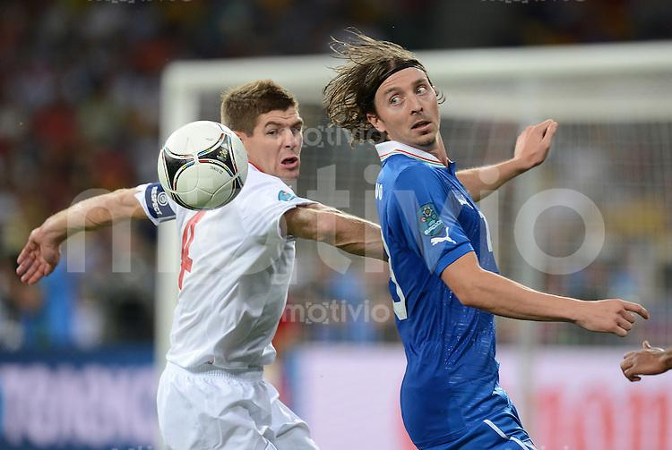FUSSBALL  EUROPAMEISTERSCHAFT 2012   VIERTELFINALE England - Italien                     24.06.2012 Steven Gerrard (li, England) gegen Riccardo Montolivo (re, Italien)
