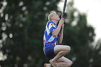 FIERLJEPPEN: Burgum: 03-08-2015, Sytse Bokma wint bij de junioren, ©foto Martin de Jong