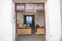 L'Avana, negozio di calzolaio, gabbia con uccelli sulla porta  Havana , cobbler shop, cage with birds on the door