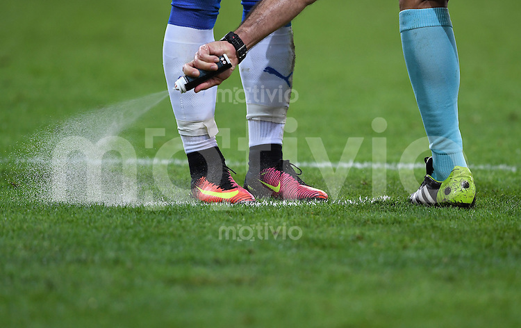FUSSBALL EURO 2016 GRUPPE B IN LILLE Russland - Slowakei     15.06.2016 Schiedsrichter setzt sein Spray ein.