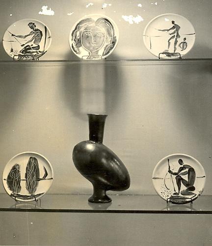 Exposition des poteries de Picasso. Paris 194849-Plats en kaolin avec  dessins en céramique.  Au centre Vase en céramique noir mat