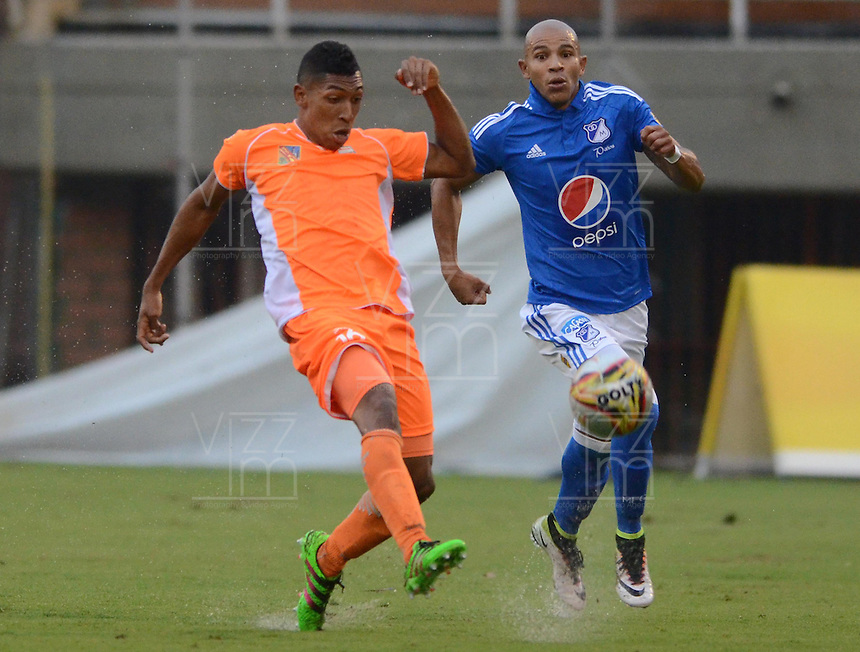 ENVIGADO -COLOMBIA-30-04-2016. Cristian Arrieta (Izq) jugador de Envigado FC disputa el balón con Jonathan Estrada (Der) jugador de Millonarios durante partido por la fecha 16 de la Liga Águila I 2016 realizado en el Polideportivo Sur de la ciudad de Envigado./ Cristian Arrieta (L) player of Envigado FC fights for the ball with Jonathan Estrada (R) player of Millonarios during match for the date 16 of the Aguila League I 2016 played at Polideportivo Sur in Envigado city.  Photo: VizzorImage/ León Monsalve /STR