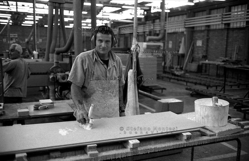 Roma Giugno 2000.Carcere di Rebibbia N.C..Detenuto al lavoro nel reparto falegnameria...Rome June 2000.Prison Rebibbia N.C..Held to work in carpentry department.