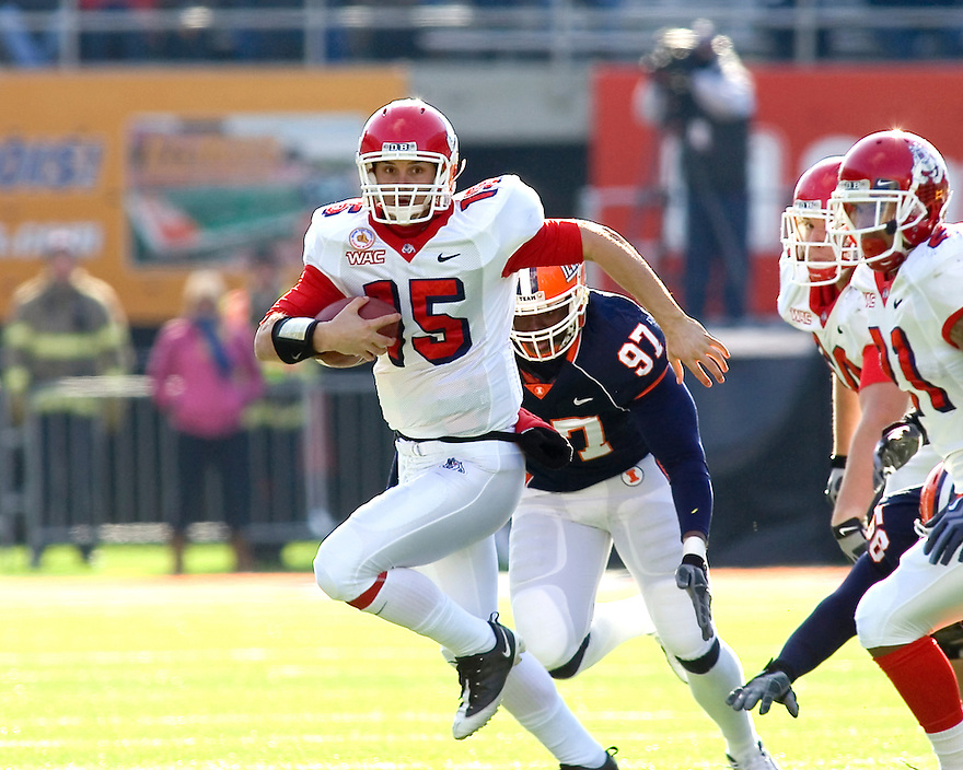 December 5, 2009 - Champaign, Illinois, USA -   Fresno State quarterback Terrance Dennis (15) carries the ball in the game between the University of Illinois and Fresno State at Memorial Stadium in Champaign, Illinois.  Fresno State defeated Illinois 53 to 52..