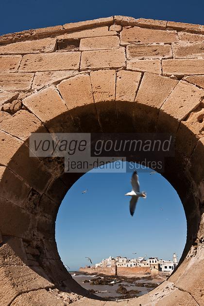 Afrique/Afrique du Nord/Maroc/Essaouira: Barques des pêcheurs et la médina et ses remparts vu depuis la Skala