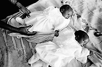 Angola. Province of Bié. Kuito. Hospital. Pediatric ward. New born babies. Twins sisters. © 2000 Didier Ruef